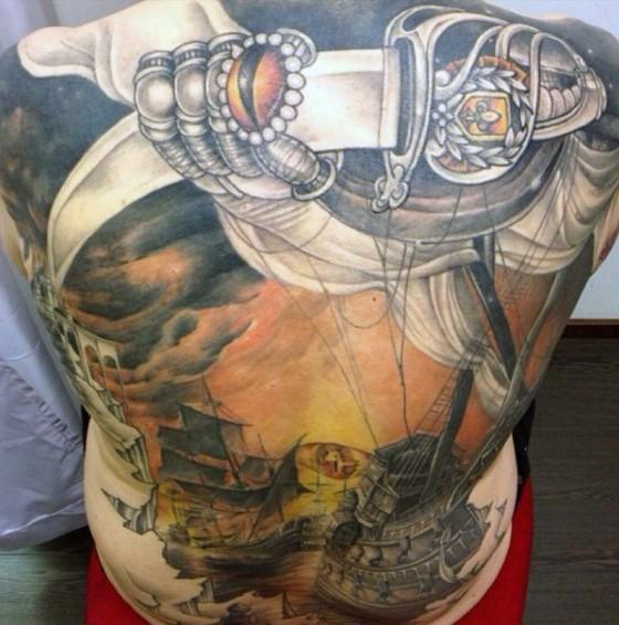 背部丰富多彩的神秘航海帆船纹身图案