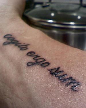 手臂拉丁文黑色字符个性纹身图案