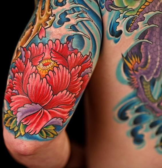 大臂红色的牡丹花和蓝色波浪纹身图案
