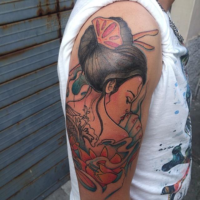 古典油画般的彩绘艺妓扑克牌大臂纹身图案