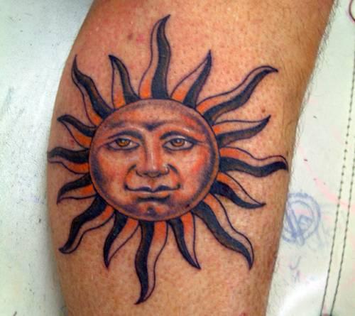 手臂上的人性化太陽紋身圖案