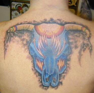背部蓝色的牛头与火焰纹身图案
