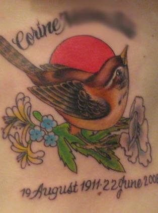 纪念式的彩色小鸟花朵字母纹身图案