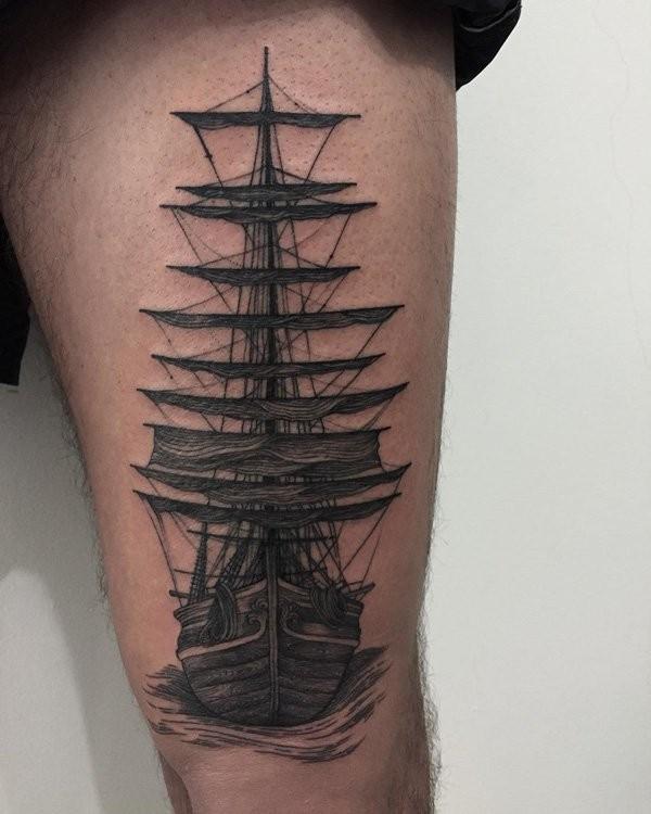 大腿雕刻风格黑色大帆船纹身图案
