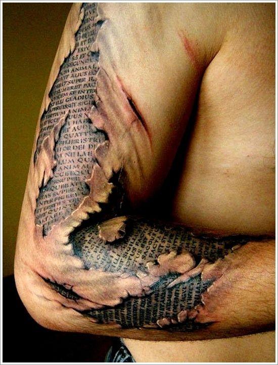 手臂神圣经文和皮肤撕裂纹身图案