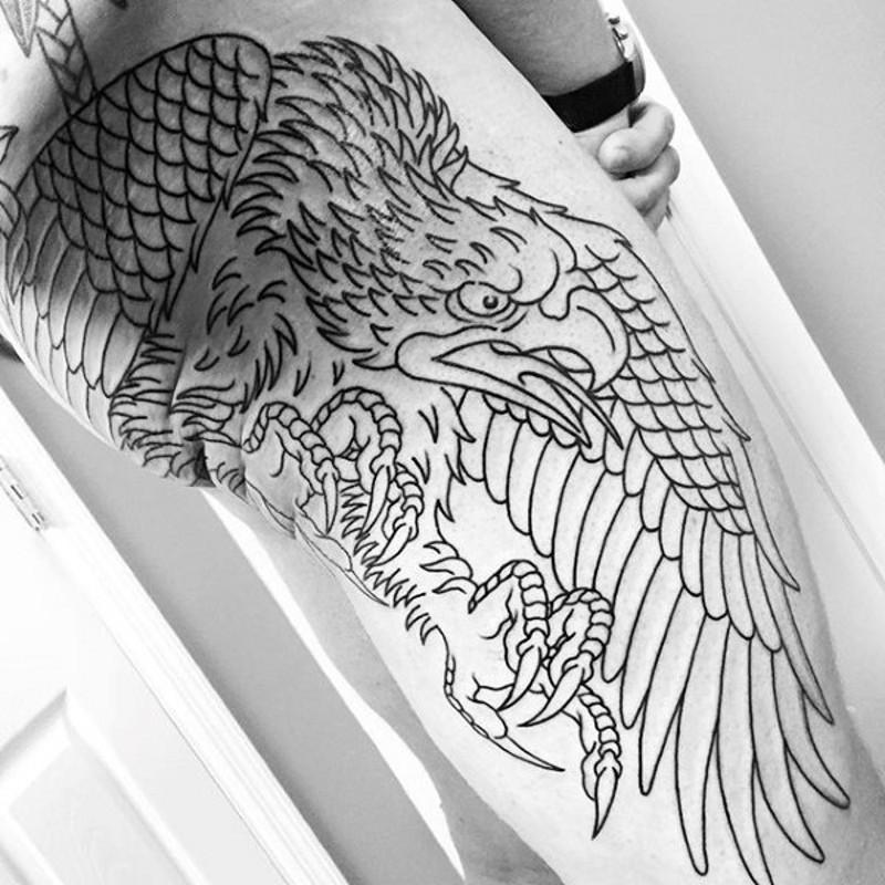 大腿和臀部黑色線條鷹紋身圖案