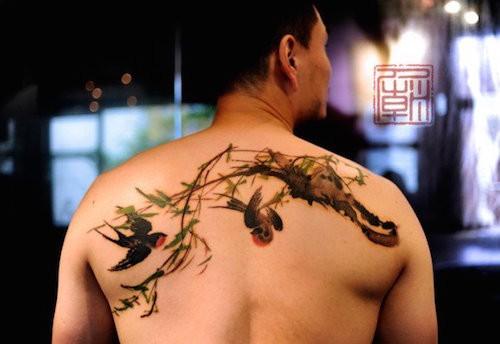 可爱的彩色写实燕子树枝背部纹身图案