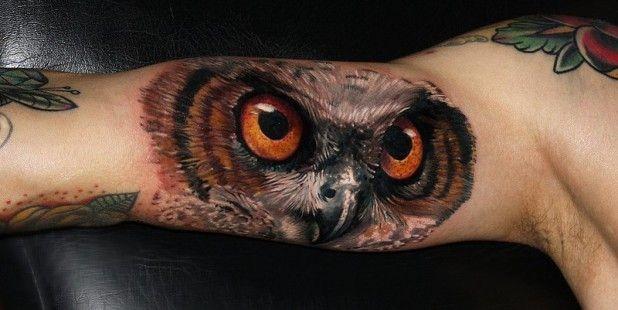 大臂多彩的猫头鹰纹身图案
