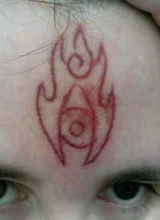 额头处割肉消防标志纹身图案