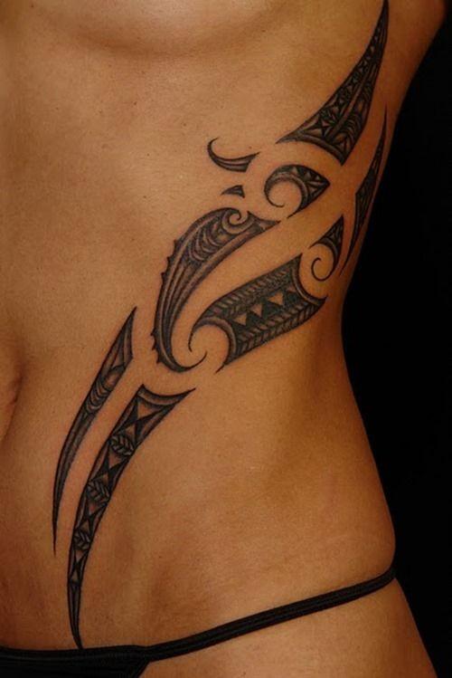 优雅的黑色波利尼西亚图腾侧肋纹身图案