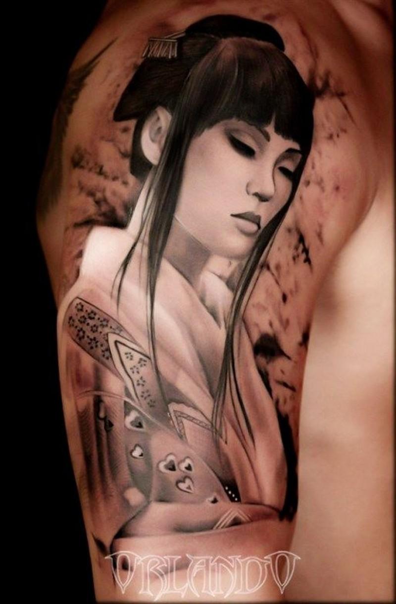 大臂黑白风格的女性和服纹身图案