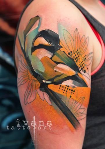 大臂水彩风格彩色鸟在树枝上纹身图案