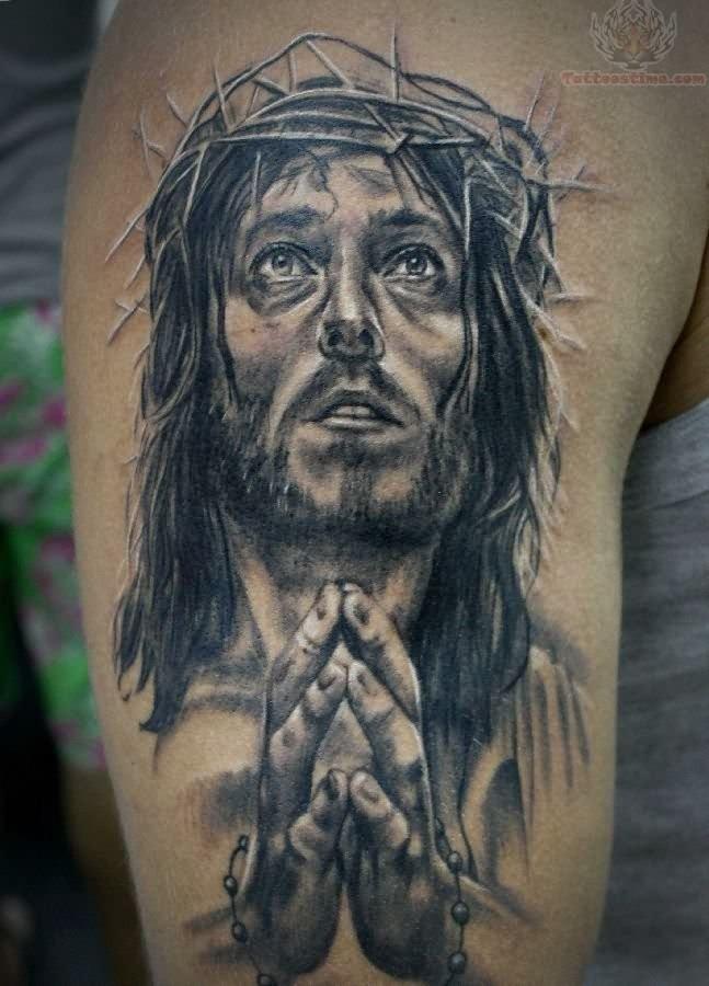 大臂写实的黑白祈祷耶稣纹身图案