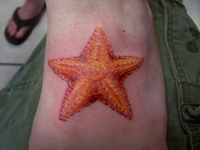 腳背美麗的橙色海星紋身圖案