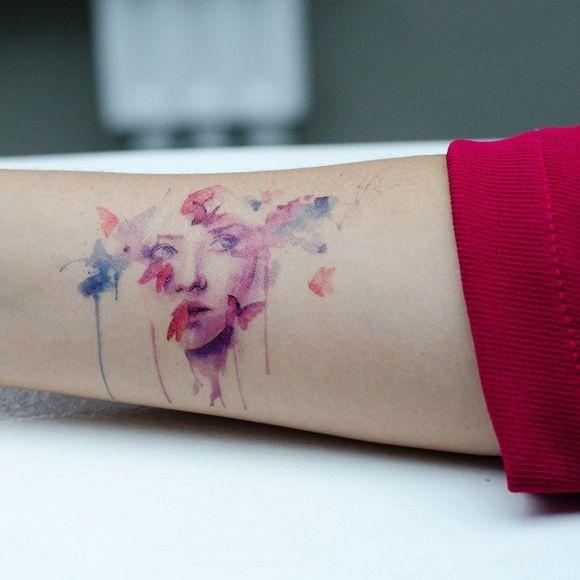 美丽的水彩画女孩和蝴蝶手臂纹身图案