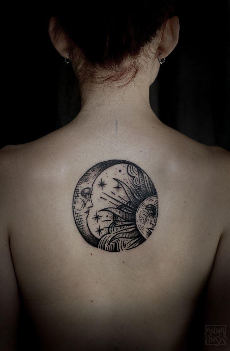背部黑色線條太陽和月亮紋身圖案