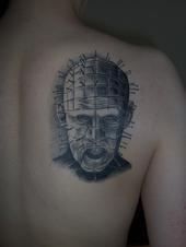 可怕的人头刺满针纹身图案