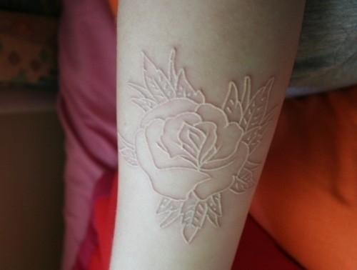 手臂漂亮的玫瑰隱形紋身圖案
