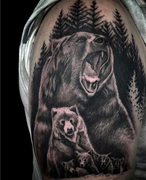大臂逼真的黑色野生熊家庭纹身图案