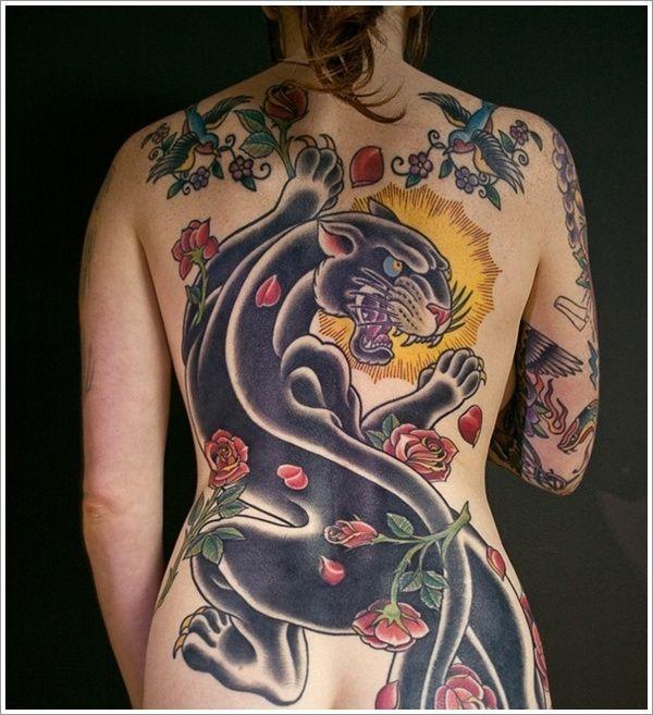 背部偉大的黑豹和玫瑰花紋身圖案