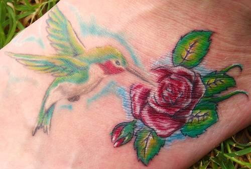 丰富多彩的蜂鸟与玫瑰纹身图案