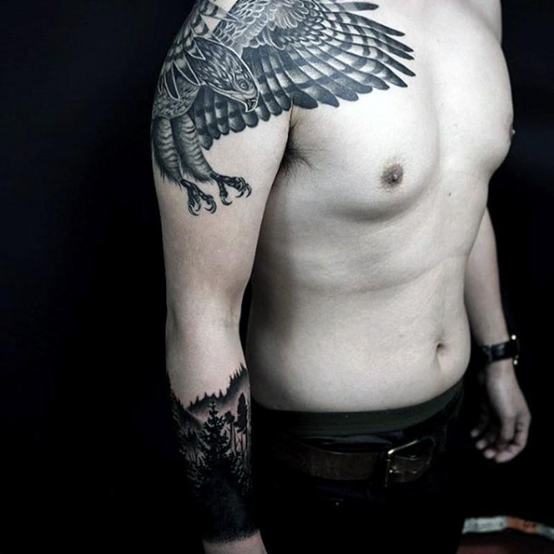 肩部神奇的黑色鷹雕紋身圖案