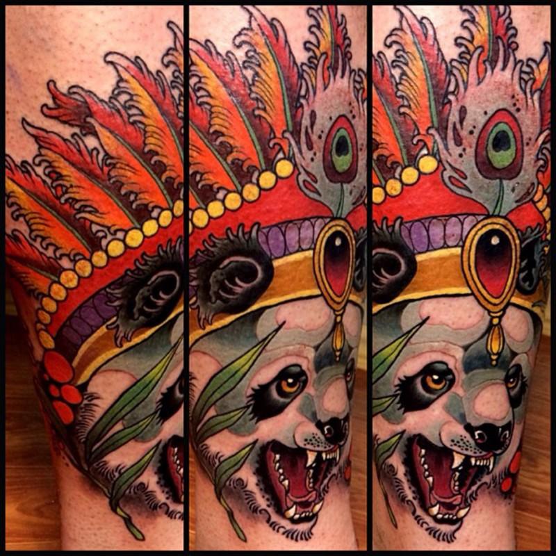 腿部插畫風格彩色邪惡熊貓與頭盔紋身圖案