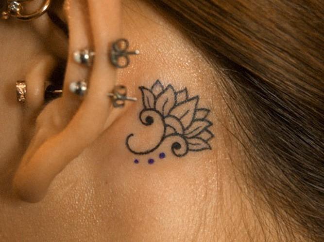 耳后典雅的黑色小莲花纹身图案
