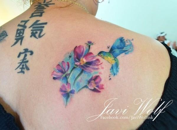 背部水彩画风格漂亮的蜂鸟和花朵纹身图案