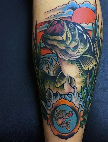 美丽的五彩大鱼在水中纹身图案