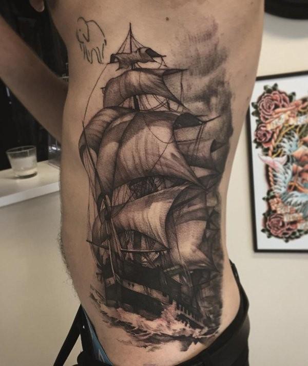 侧肋黑灰风格帆船与海浪纹身图案