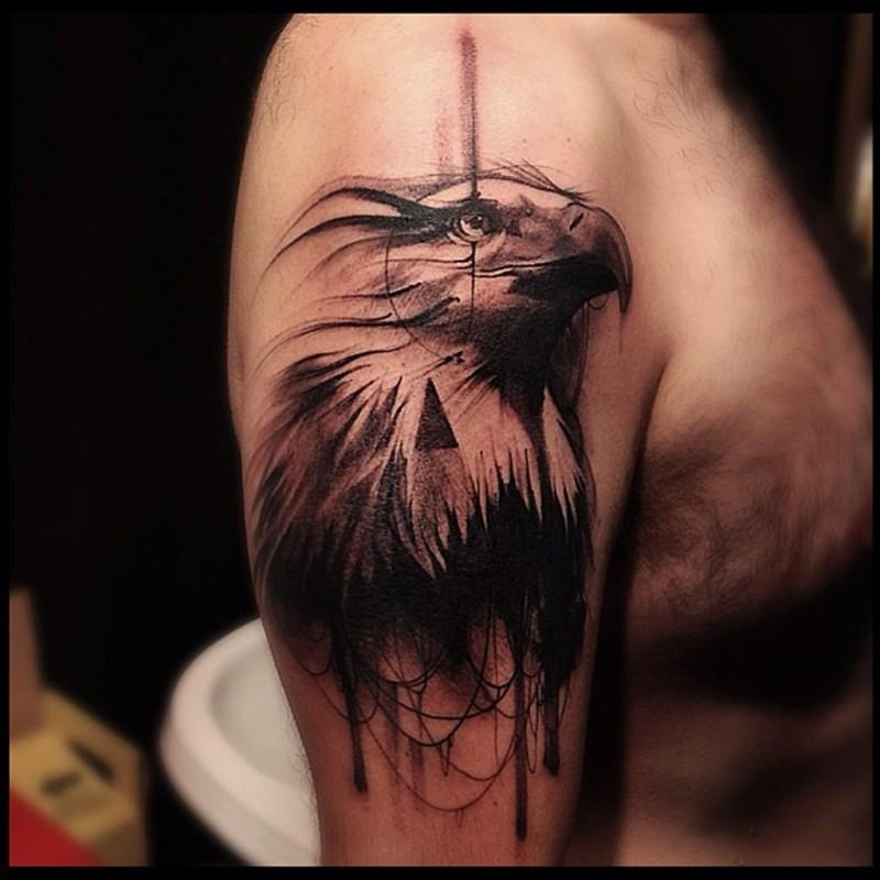 大臂雕刻風格黑色好看的鷹頭紋身圖案