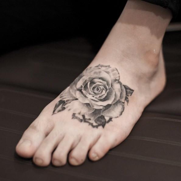脚背old school黑白玫瑰花纹身图案