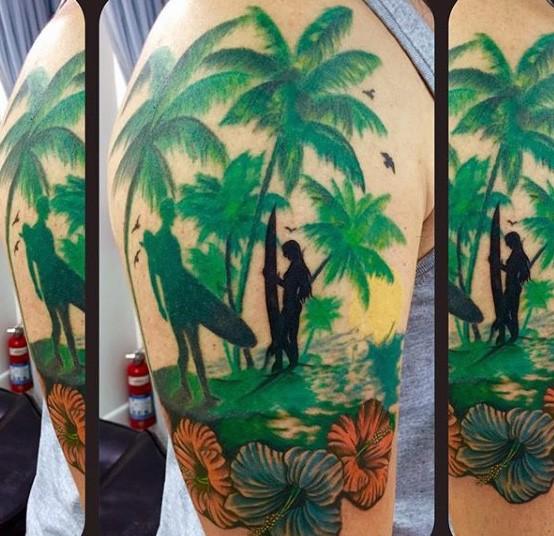 大臂豐富多彩的沖浪者與棕櫚樹紋身圖案