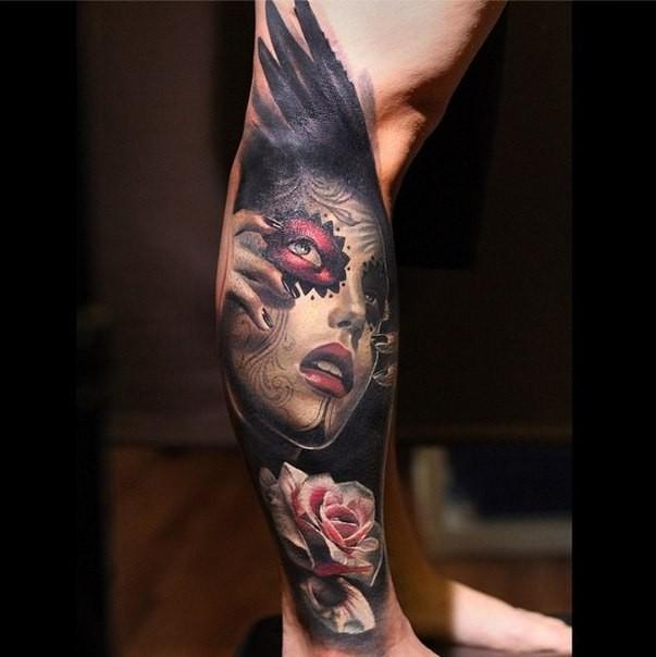 小腿彩繪烏鴉翅膀與墨西哥女性肖像玫瑰紋身圖案