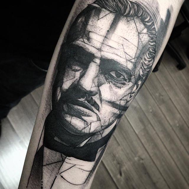黑白电影教父肖像与几何元素纹身图案