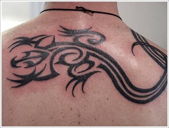 背部黑色的部落蜥蜴紋身圖案