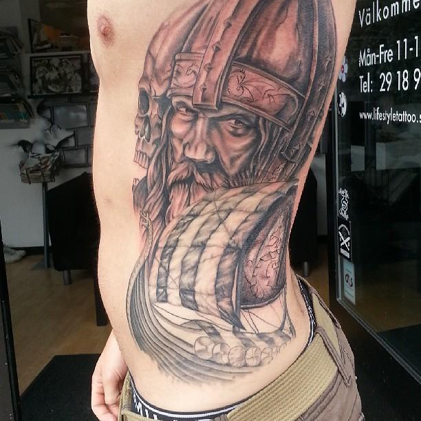 侧肋海盗船和骷髅与武士纹身图案