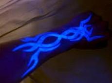 手臂荧光图腾纹身图案