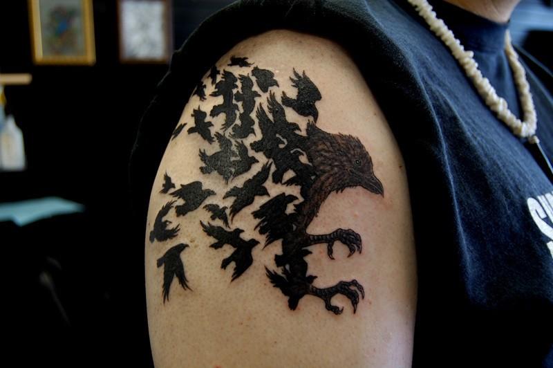 大臂黑色的乌鸦纹身图案