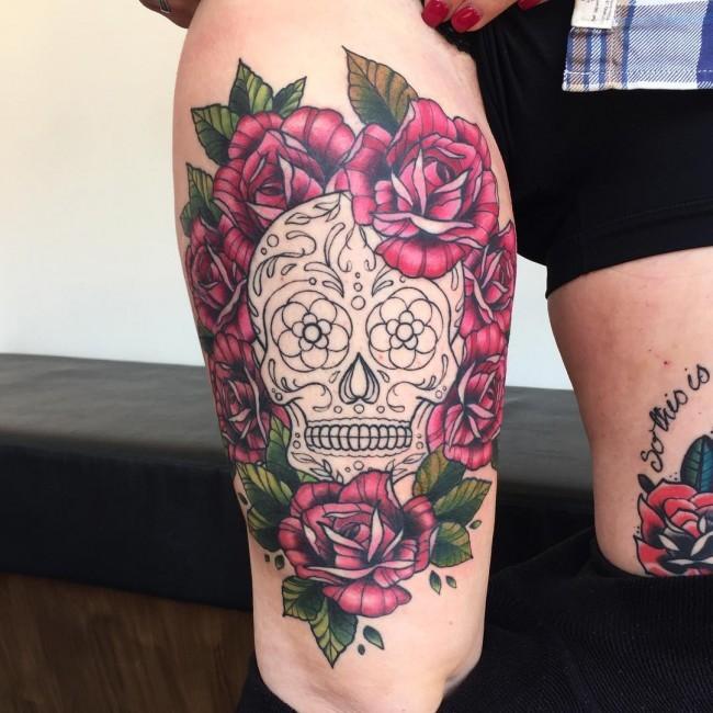 大腿墨西哥式黑白骷髅与红玫瑰纹身图案