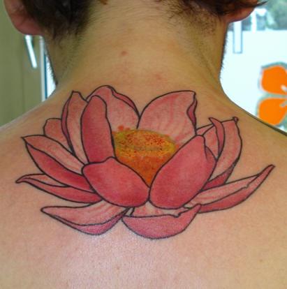 后背粉红色的莲花纹身图案