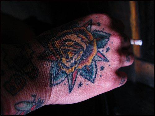 黃玫瑰配美麗的樹葉手背紋身圖案