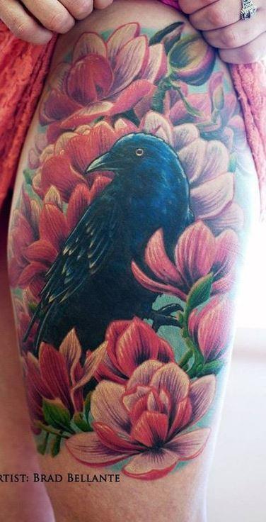 大腿美麗的彩繪烏鴉結合粉紅色花朵紋身圖案