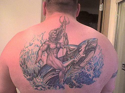 男性背部海神鲸鱼和三叉戟纹身图案