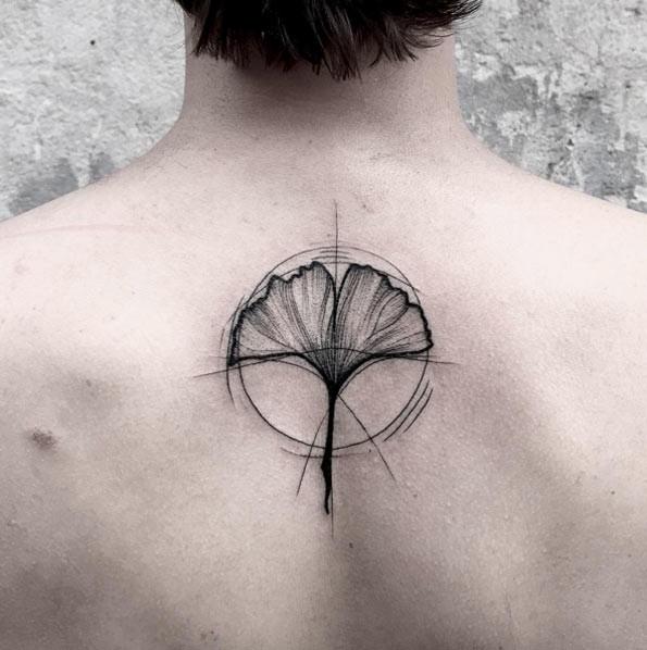 背部简单的黑色线条点刺银杏叶纹身图案