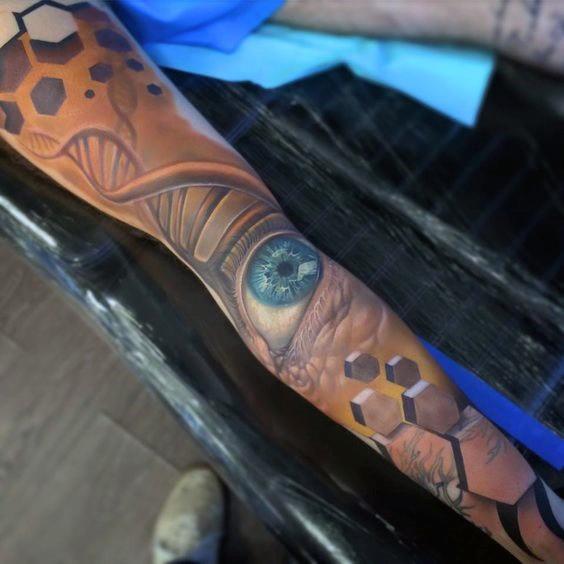 手臂彩色的DNA符号与眼睛纹身图案