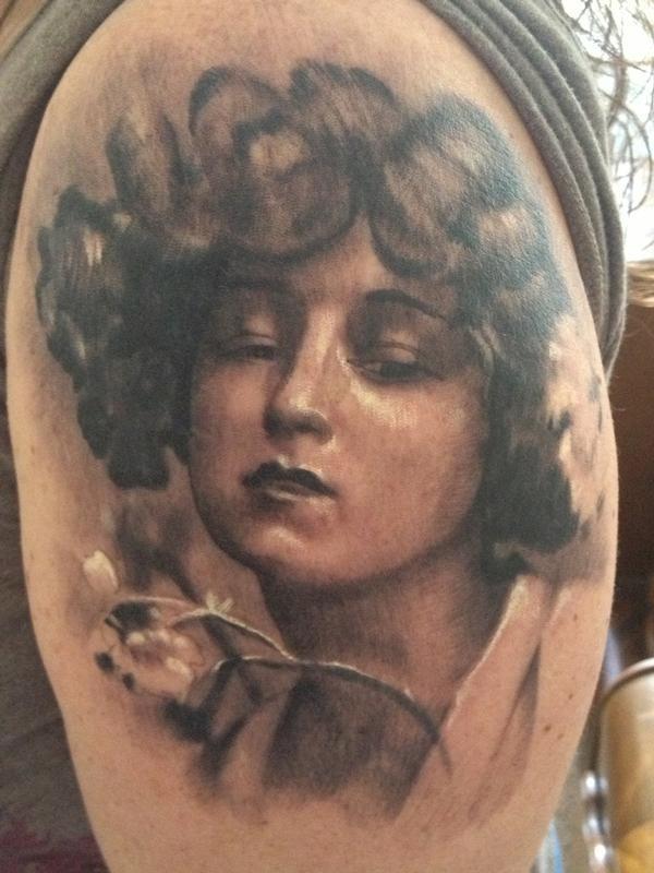 大臂写实old school妇女肖像与花朵纹身图案