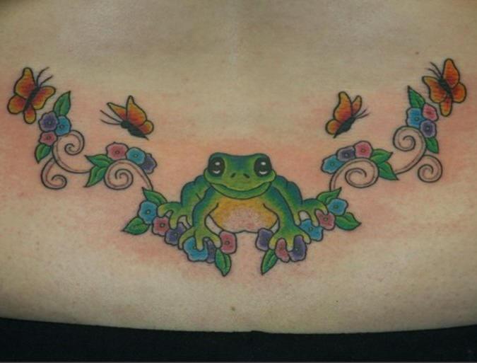 背部彩色的青蛙花朵蝴蝶纹身图案