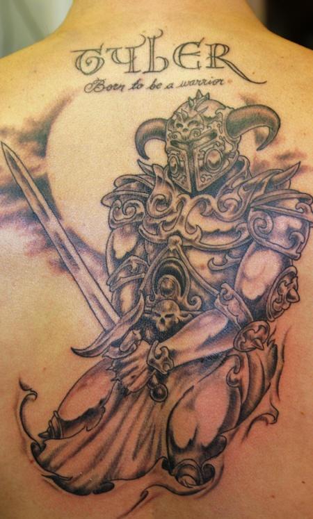 背部武士与刀纹身图案